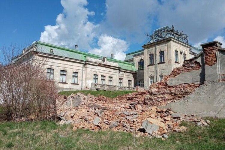На Львівщині стався обвал муру Палацу Потоцьких (Фото)