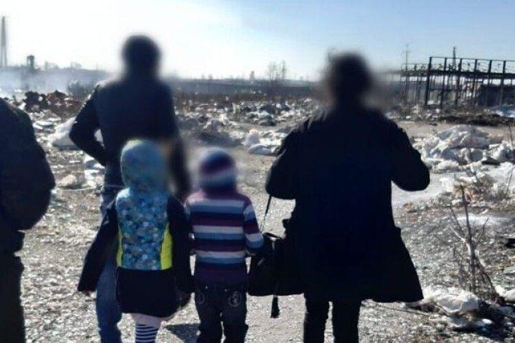 Проживали у халабуді: біля сміттєзвалища виявили родину з двома малолітніми дітьми