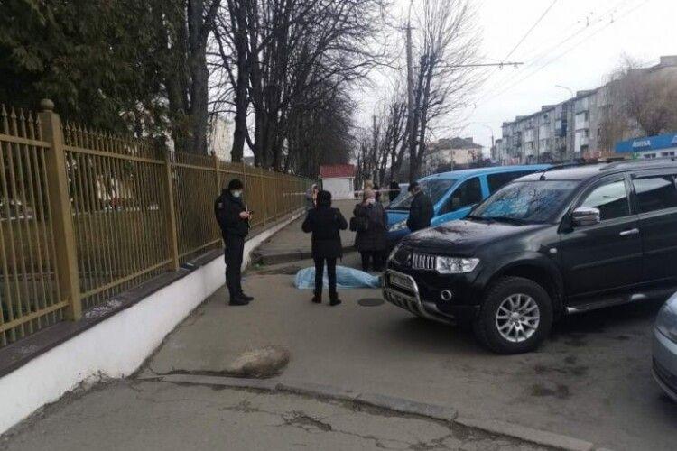 Біля обласної лікарні раптово помер чоловік