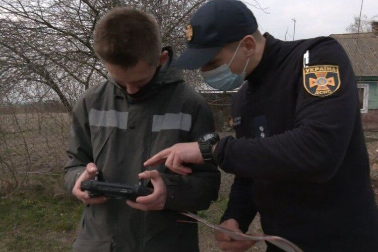 Волинянин за допомогою квадрокоптера допомагає рятувальникам шукати паліїв трави