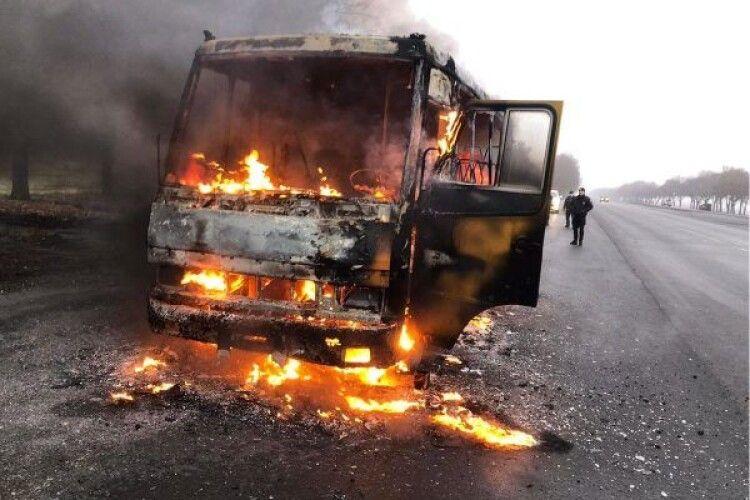 Водій був безсилим: на ходу дощенту згорів автобус (Відео)