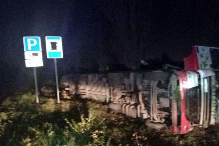 На виїзді із Нововолинська на Володимир перекинулася вантажівка (Фото)
