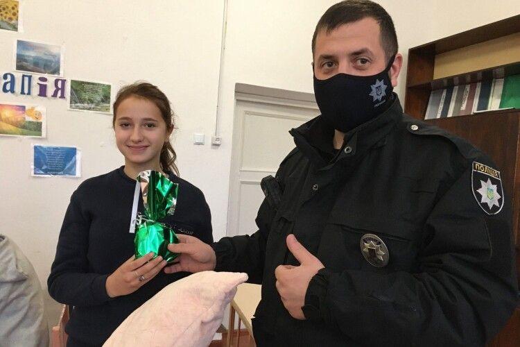 Поліцейський офіцер громади приїхав з подарунками до особливих волинян (Фото)
