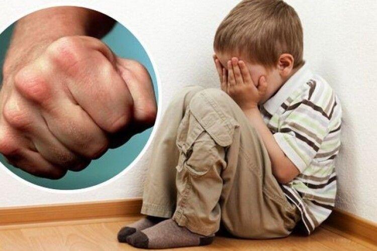 Вітчим побив хлопчика за пустощі в школі: чоловіка засудили