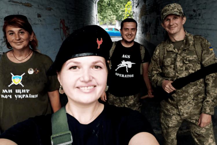 Військова медсестра з Рівненщини показує, як оздоблювати одяг вибиванкою