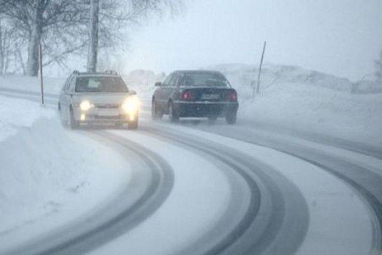 Водіїв попередили про засніжені дороги у чотирьох областях