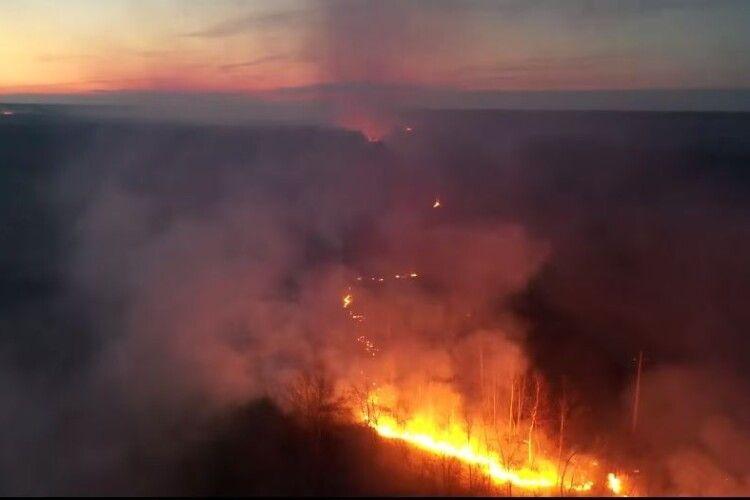 На Волині вогонь йде вздовж залізниці і наближається до села (Відео)