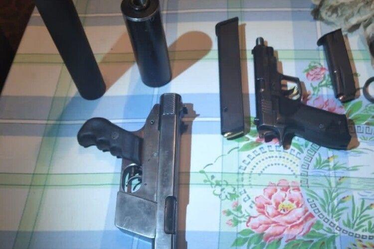 Привіз із зони АТО: лучанина підозрюють у торгівлі зброєю (Фото)