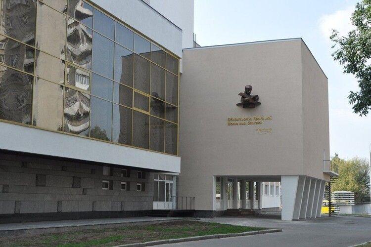Директора Волинського драмтеатру покарали за те, що влаштував на роботу невістку, сина і зятя