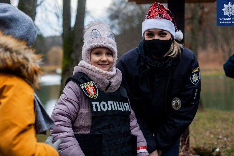 Волинські патрульні скористалися зустріччю Санти з дітьми у Воротнівському лісництві (Фото)