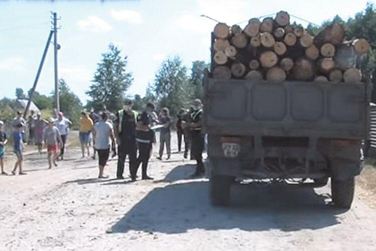 Люди перекривали дорогу і не давали вивозити деревину