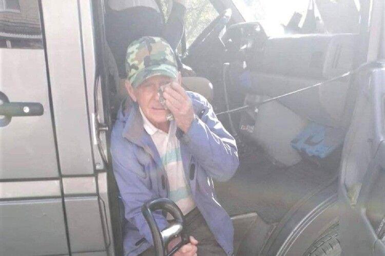 Ногою в живіт і дверима по обличчю: маршрутника покарали за знущання з пенсіонера (Відео)