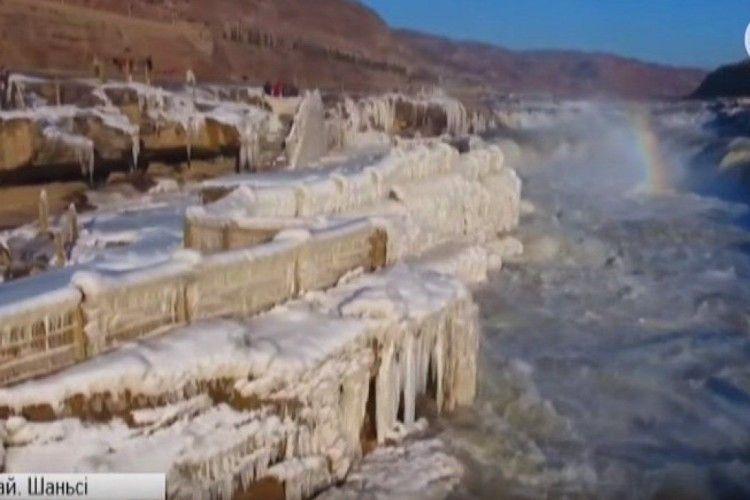 Неймовірне видовище: до замерзлого водоспаду масово з'їжджаються туристи (Відео)