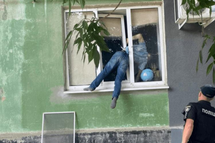 Чоловік намагався потрапити до коханої й застряг у вікні (Фото)