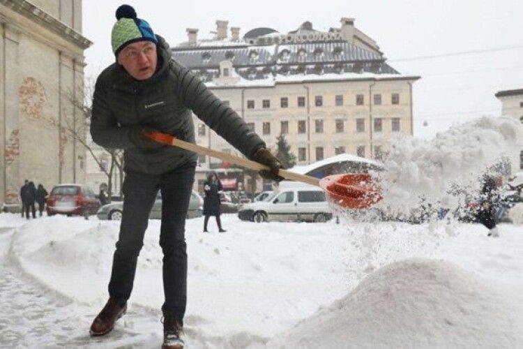 Кидати сніг лопатою – не робота міського голови, – Поліщук розкритикував Садового