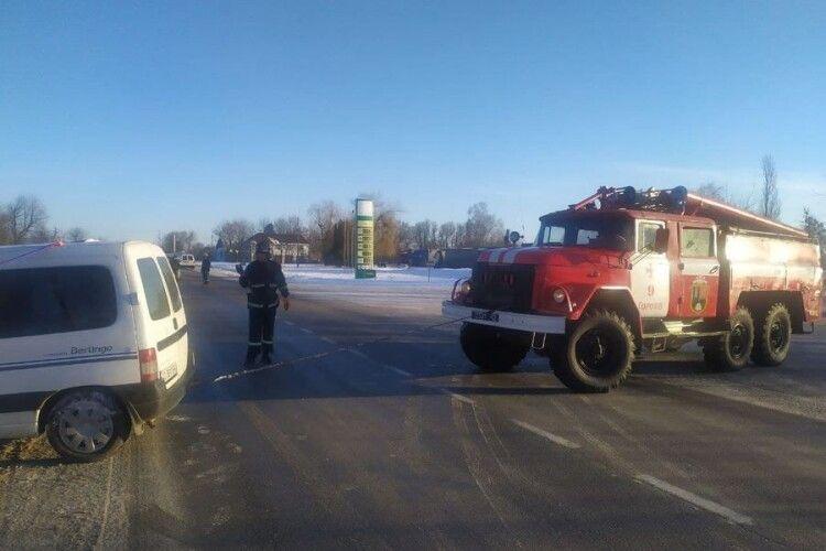 Волинські рятувальники знову витягли авто з кювету