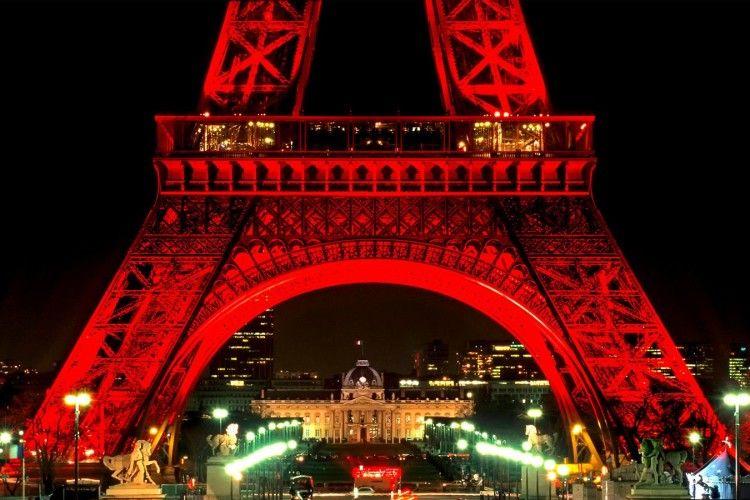 Ейфелеву вежу можуть перефарбувати в червоний колір