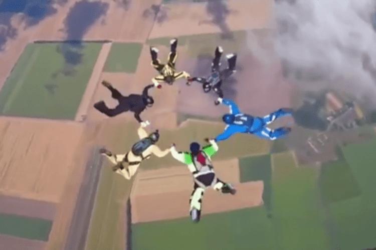 Українські парашутисти станцювали гопак у небі: як це було (Відео)