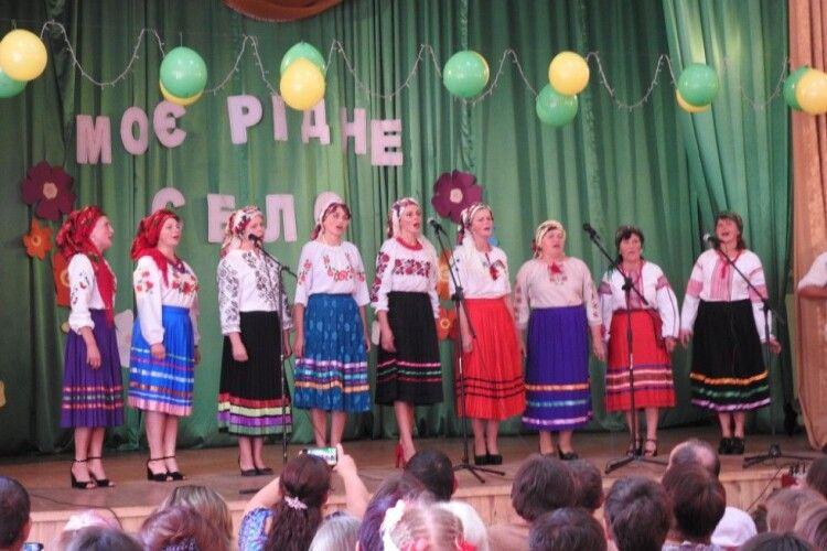 У селах Камінь-Каширщини співали, смакували варениками і вшановували знаних людей