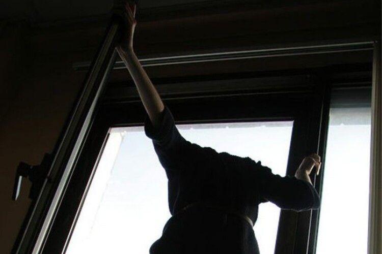 Зняла куртку і стрибнула: студентка вистрибнула з вікна 10-го поверху (Відео)