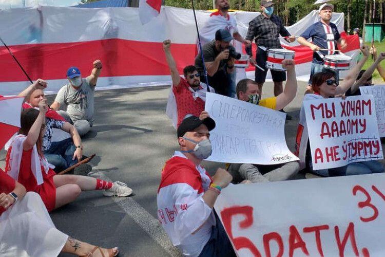 Білоруси, які втекли від режиму Лукашенка, заблокували рух на українському кордоні (Фото)