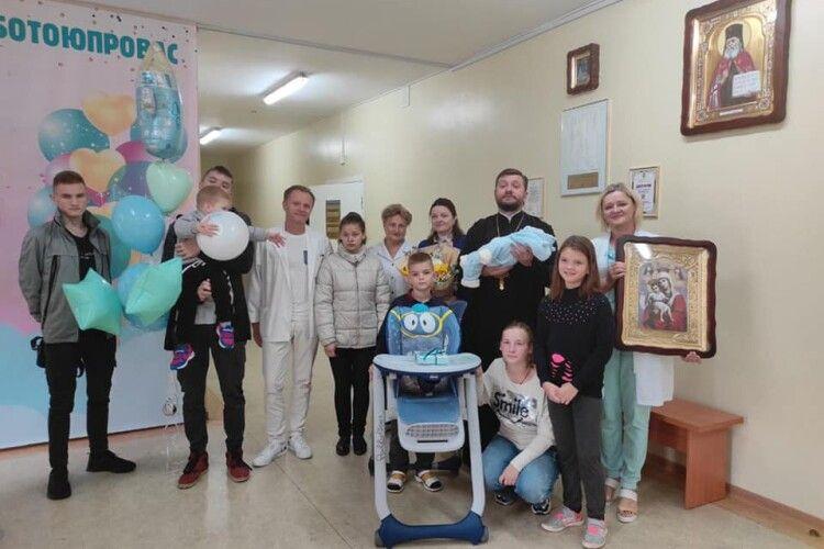 Син відомого протоієрея з Луцька став тисячним малюком у пологовому будинку