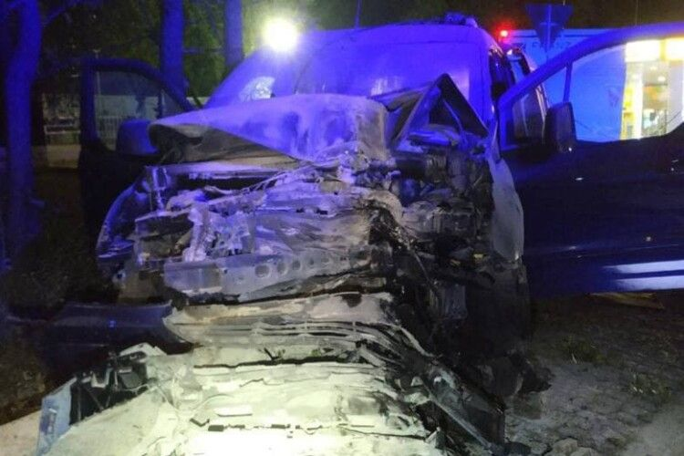 Водій заснув за кермом: Ford влетів у стовп біля заправки і загорівся (Фото)