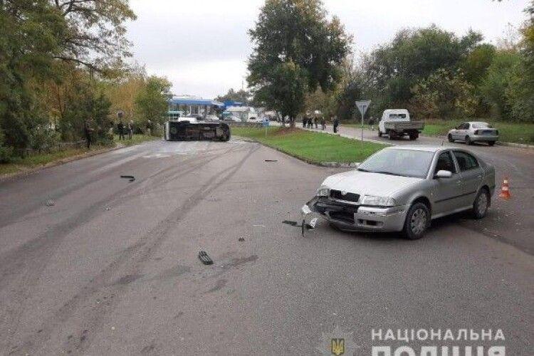 Перекинулася маршрутка з пасажирами: є постраждалі