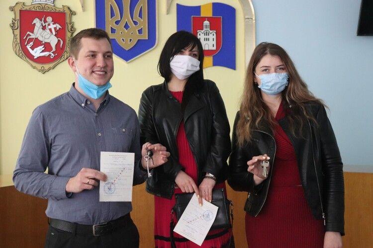 У Володимирі-Волинському трьом лікарям подарували квартири