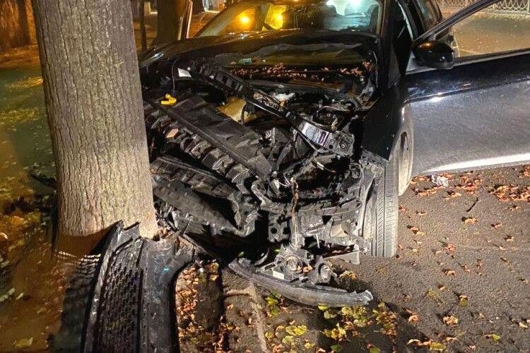 У Рівному водій легковика влетів у дерево: постраждала пасажирка, в авто знайшли наркотики (Фото)