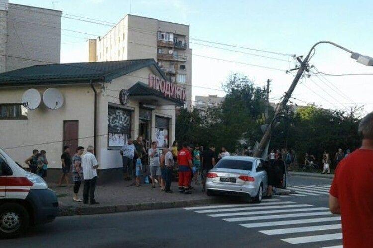 У Луцьку автомобіль збив електричну опору