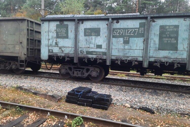 У Володимирі-Волинському прикордонники у вантажному потязі виявили 10 ящиків контрабандних цигарок із GPS-трекером (Фото, відео)
