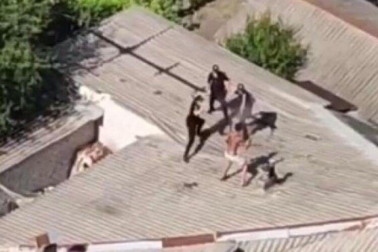 Напівголий чоловік побився з поліцейськими на даху: момент потрапив на відео