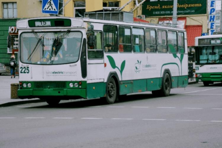У луцькому тролейбусі – скандал: пасажири захистилися за дівчину