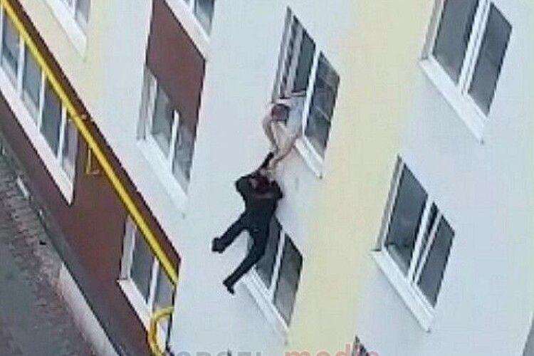 У Ковелі з четвертого поверху багатоповерхівки стрибнув чоловік (відео)