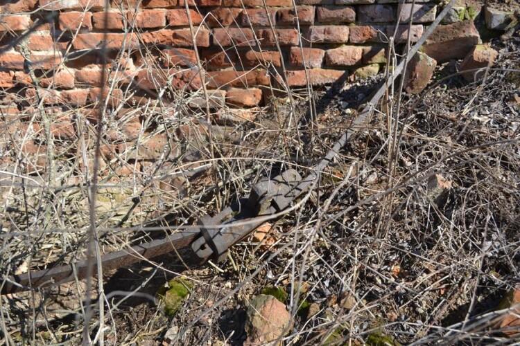 Стіни церкви були стягнуті смугами заліза.