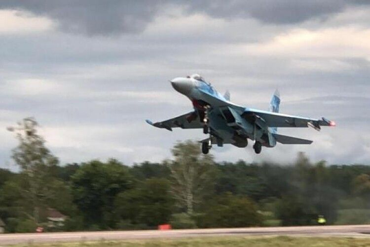 На Рівненщині літак збив... дорожній знак (Фото)