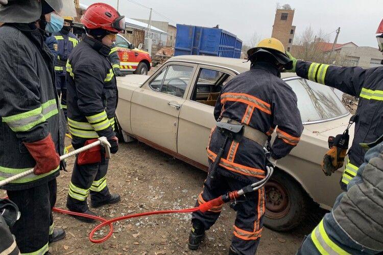 У Нововолинську рятувальники тренувалися розрізати понівечені автомобілі