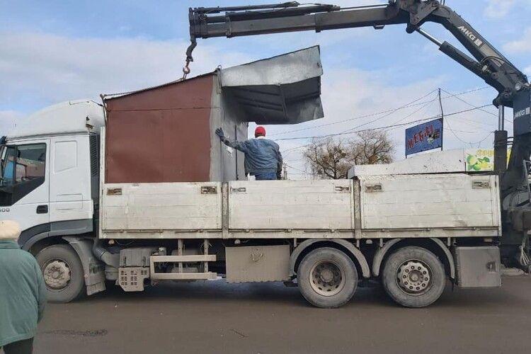 У Луцьку муніципали вивозять контейнери зі Старого ринку (Фото)