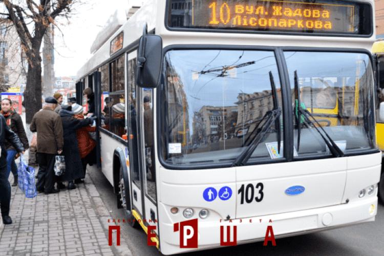 Розлючений пасажир розніс тролейбус, бо його не впускали у салон