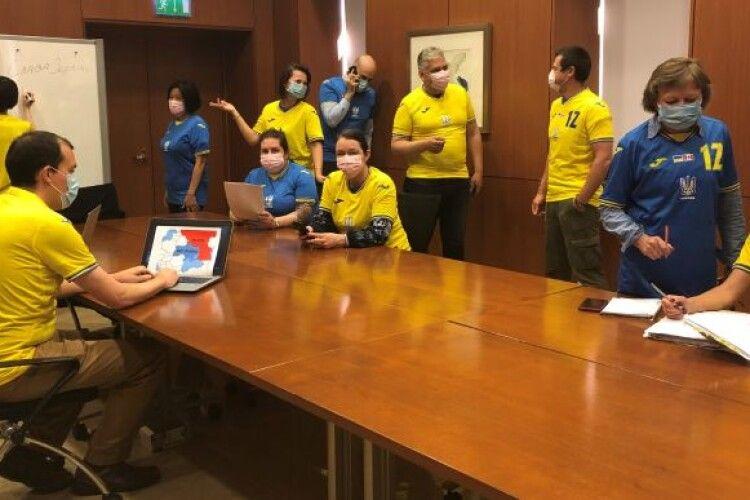 У Посольстві Канади в Україні запровадили новий дрескод: «тризубі» футболки з контурами Криму та написом «Героям слава!»