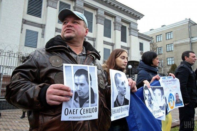 Біля посольства Мордору в Києві активісти привітали політв'язнів Кремля з Новим роком