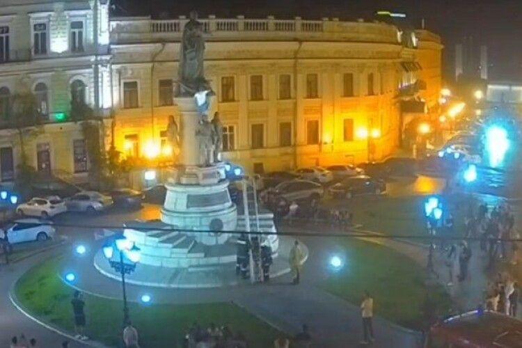 Чоловік заліз на пам'ятник засновникам Одеси, аби помити  Катерині ІІ голову