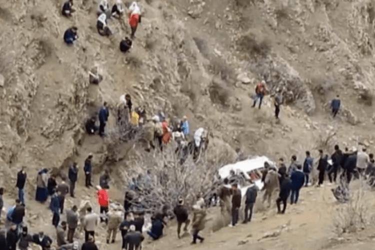 З 300-метрової скелі упав автобус зі школярами