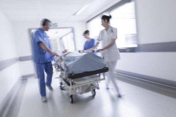 У Горохові до лікарні доставили побитого хлопця: кажуть, збив автомобіль