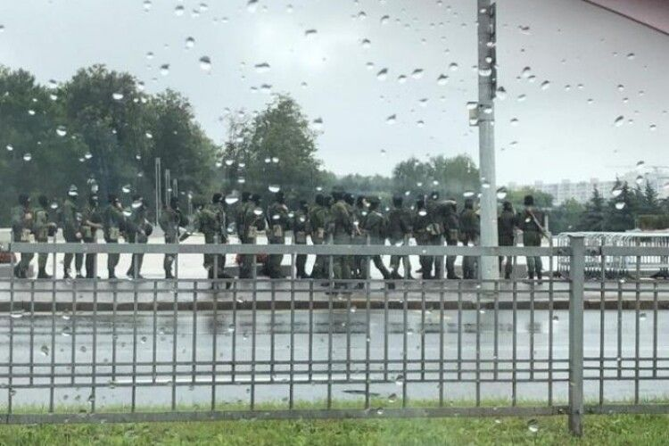 Лукашенко обгородився металевою огорожею та водометами (Фото, відео)