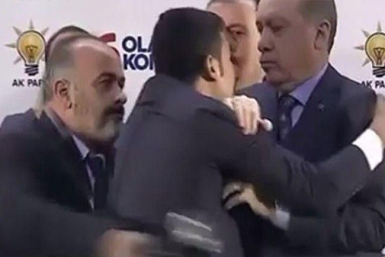 Чоловік намагався обійняти президента Туреччини й потрапив під варту