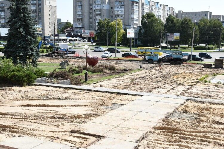Як у Луцьку ремонтують площу перед РАЦСом (Фото)