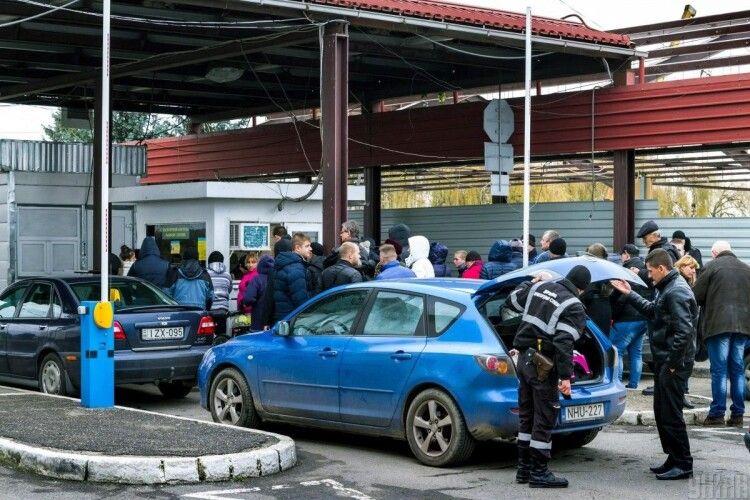На кордонах з Угорщиною та Польщею вишикувалися довжелезні черги автівок