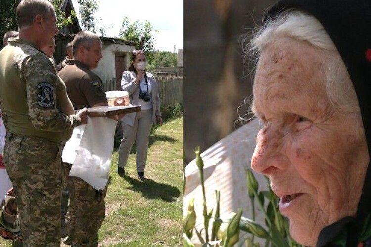 «Вона  – приклад» – військові привітали 95-літню волонтерку з Рівненщини (Відео)